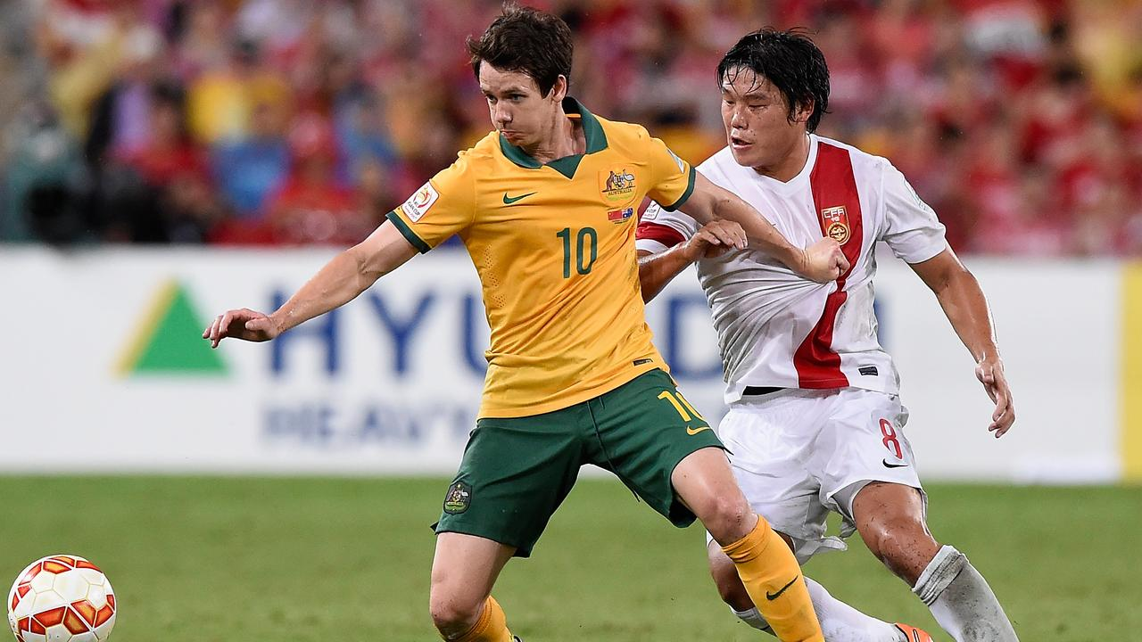 BRISBANE, AUSTRALIA - JANUARY 22: Robbie Kruse of Australia competes for the ball with Cai Huikang of China PR during the 2015 Asian Cup match between China PR and the Australian Socceroos at Suncorp Stadium on January 22, 2015 in Brisbane, Australia. (Photo by Matt Roberts/Getty Images)