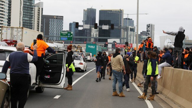 Traffic along the West Gate Freeway was stopped in both directions by construction workers protesting COVID-19 vaccine mandates. Picture: Asanka Ratnayake/Getty Images