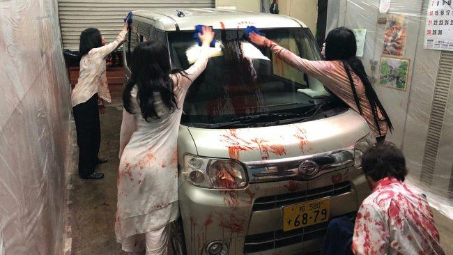 In a downtown Tokyo parking garage, horror event production company Kowagarasetai (which roughly translates to the Scare Squad) is putting on the immersive spook show which can be experienced from the socially distanced security of the ticket buyer's car.