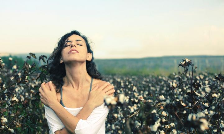 portrait-of-beautiful-35-years-old-woman-standing-in-cotton-field-20151209094007.jpg-q75,dx720y432u1r1gg,c--