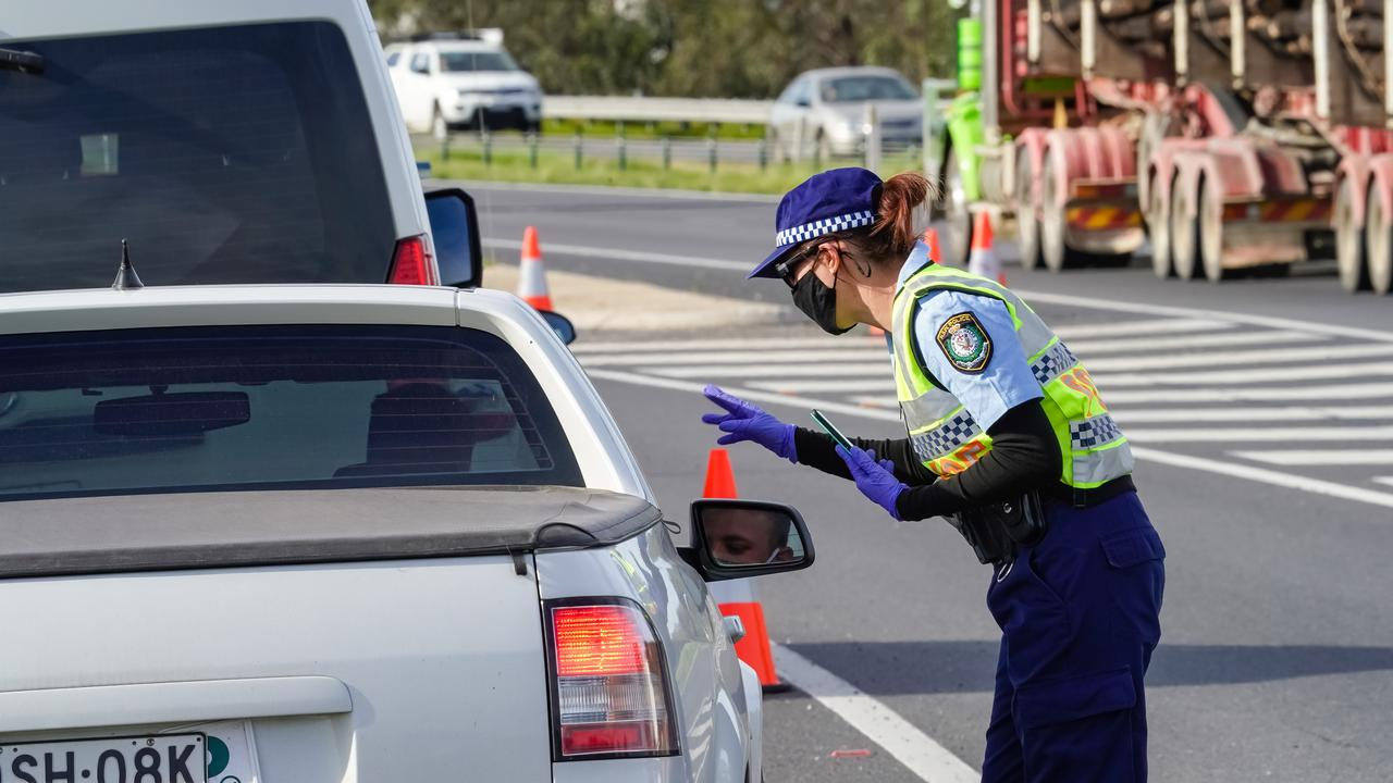 Several fines have been handed out at the NSW-Victorian border. Picture: NCA NewsWire / Simon Dallinger