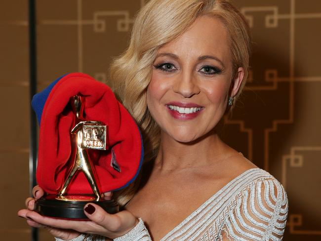 Carrie shows off the Gold Logie with the beanie she wore on stage.