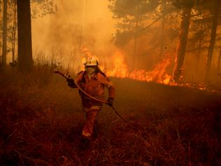 Daily Telegraph. An out of control bushfire threatens Johns River on the NSW mid north coast.    Picture Nathan Edwards.