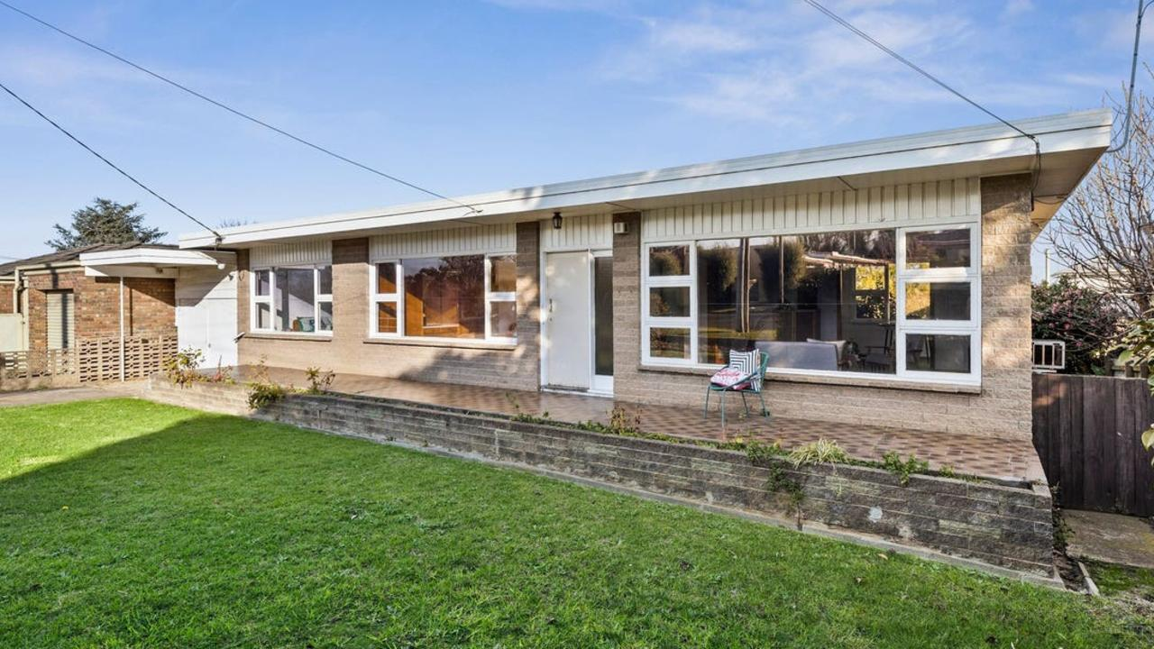213 Mt Pleasant Rd, Highton, sold for $782,000 at an online auction.