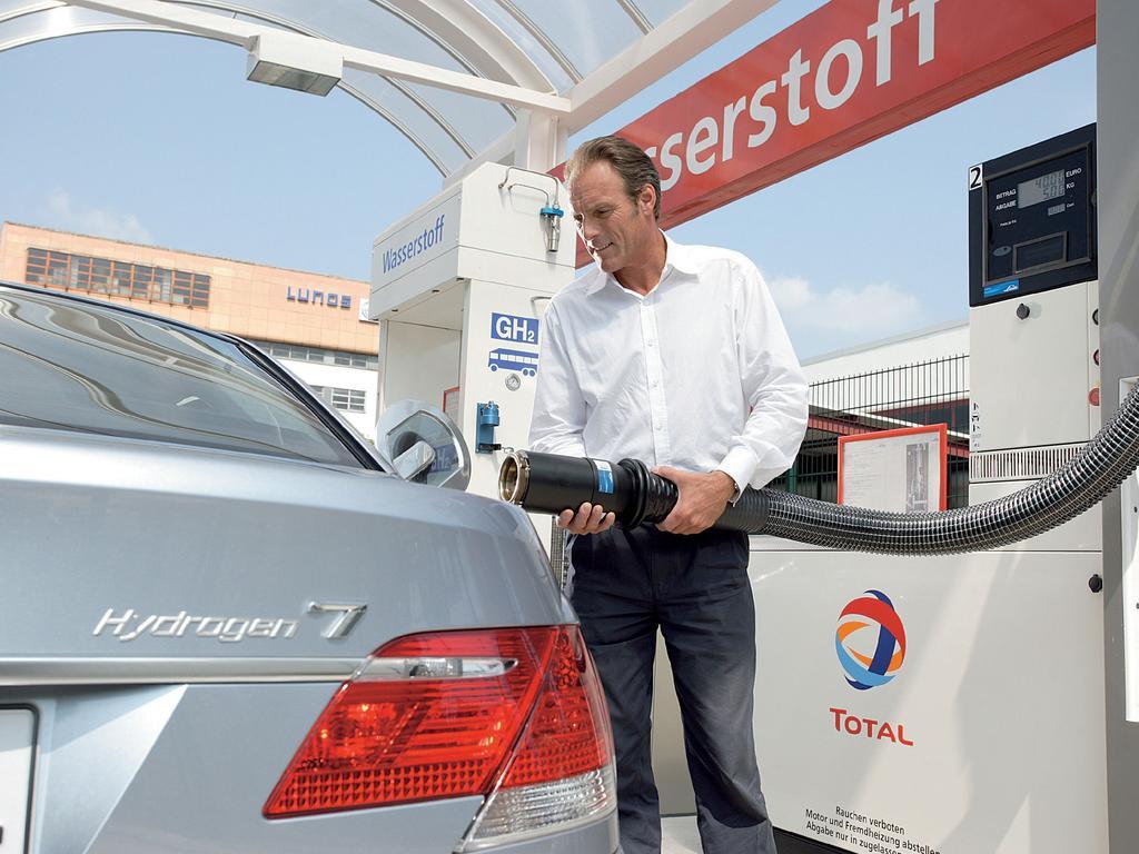 A motorist refuels a BMW Hydrogen 7.