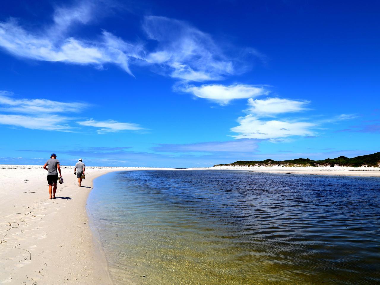 SUNDAY ESCAPE. BAY OF FIRES TASMANIA. Bay of Fires Lodge Walk. Picture: Tourism Tasmania & Alice Hansen