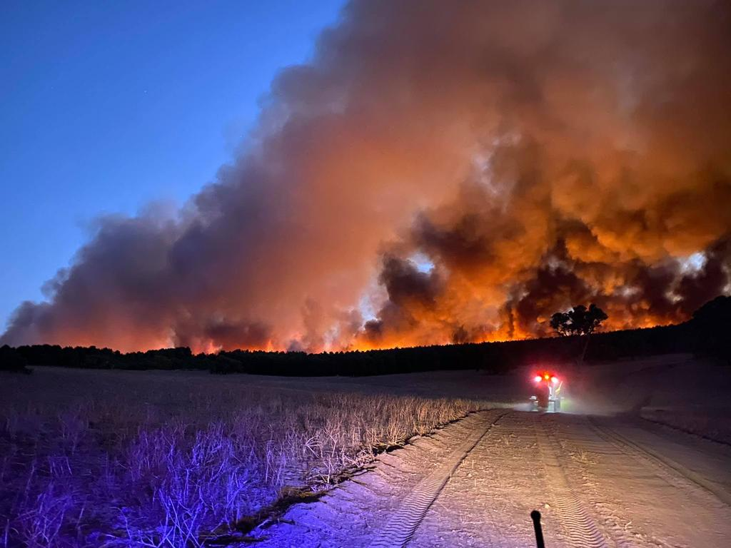 An emergency bushfire warning is in place for Ocean Farms Estate, Seaview Park and surrounding areas. Picture: Facebook/Nikki Woods