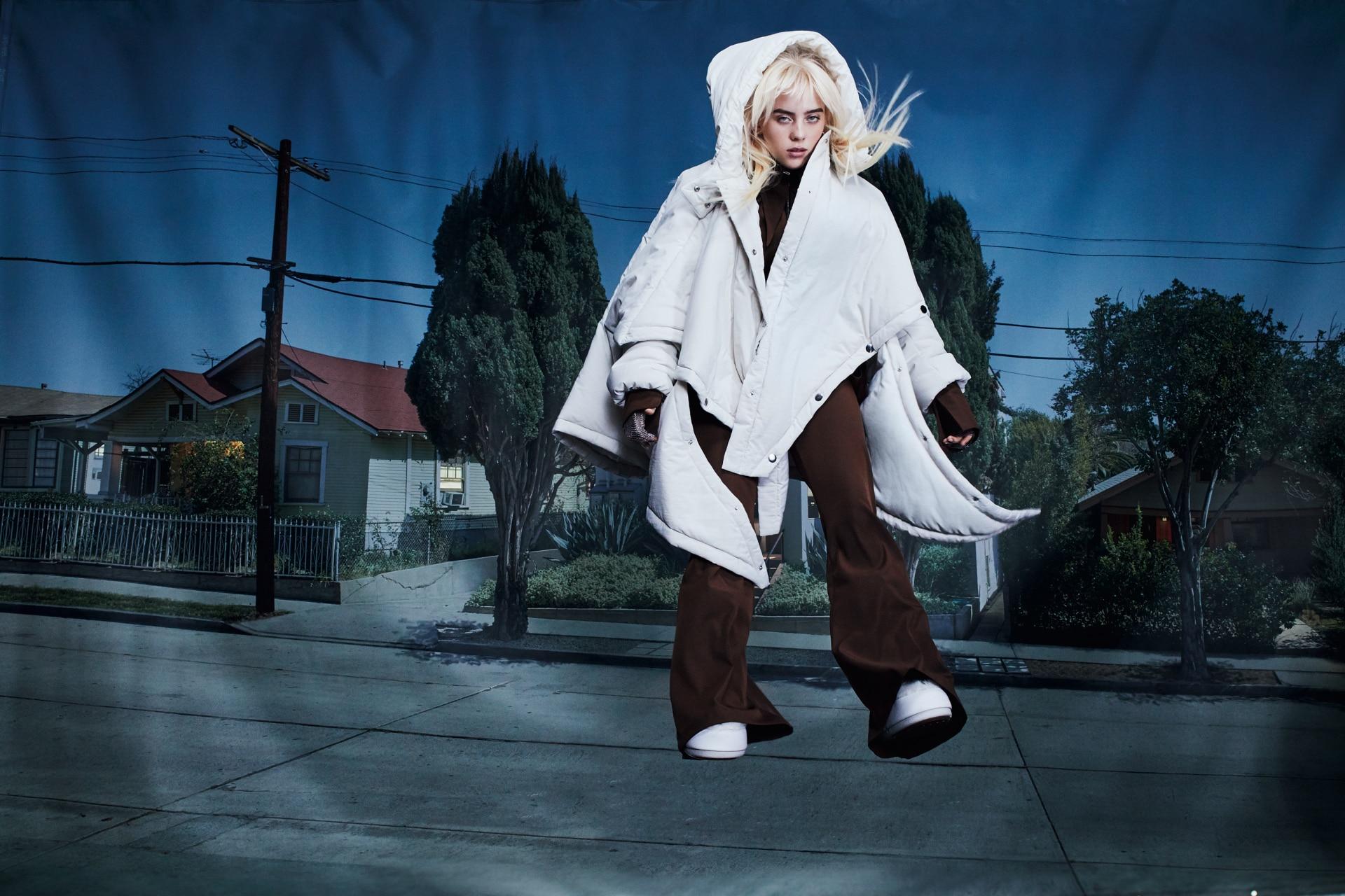 Billie usa um casaco Nina Ricci, camisa e calça 16 Arlington, luvas Urstadt Swan, brincos Cartier e sapatos Moon Boots, $ 400.