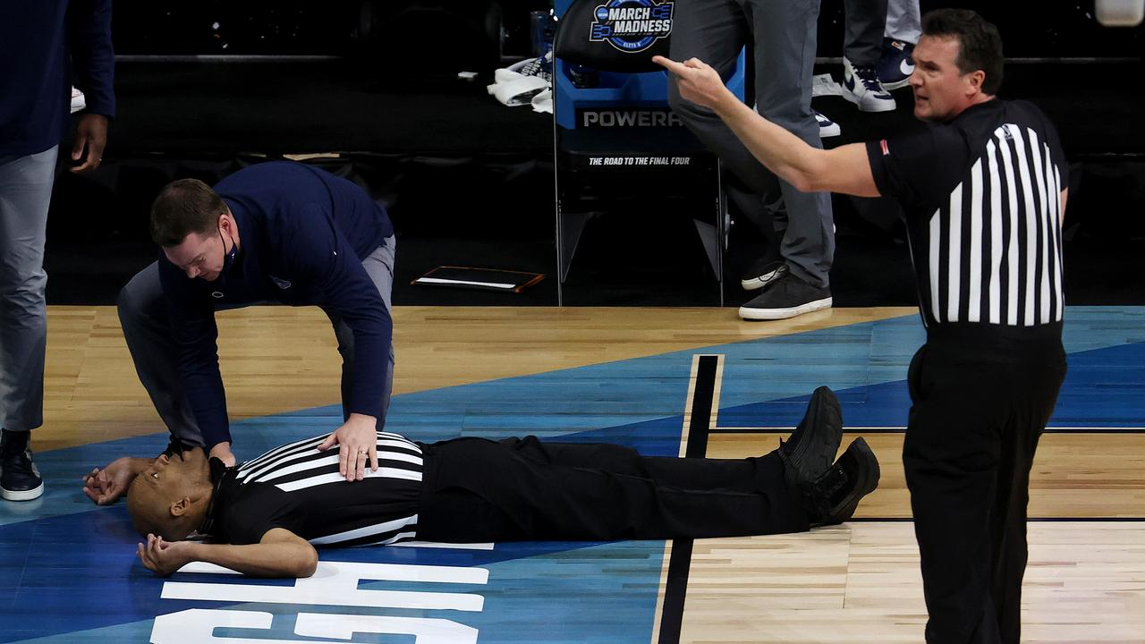 Referee Bert Smith lies on the court after collapsing. (Photo by Andy Lyons/Getty Images)