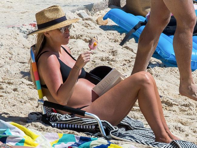 Phoebe Burgess was snapped enjoying an ice-cream and reading a book at Nielsen Park in Vaucluse. Picture: INFphoto.com