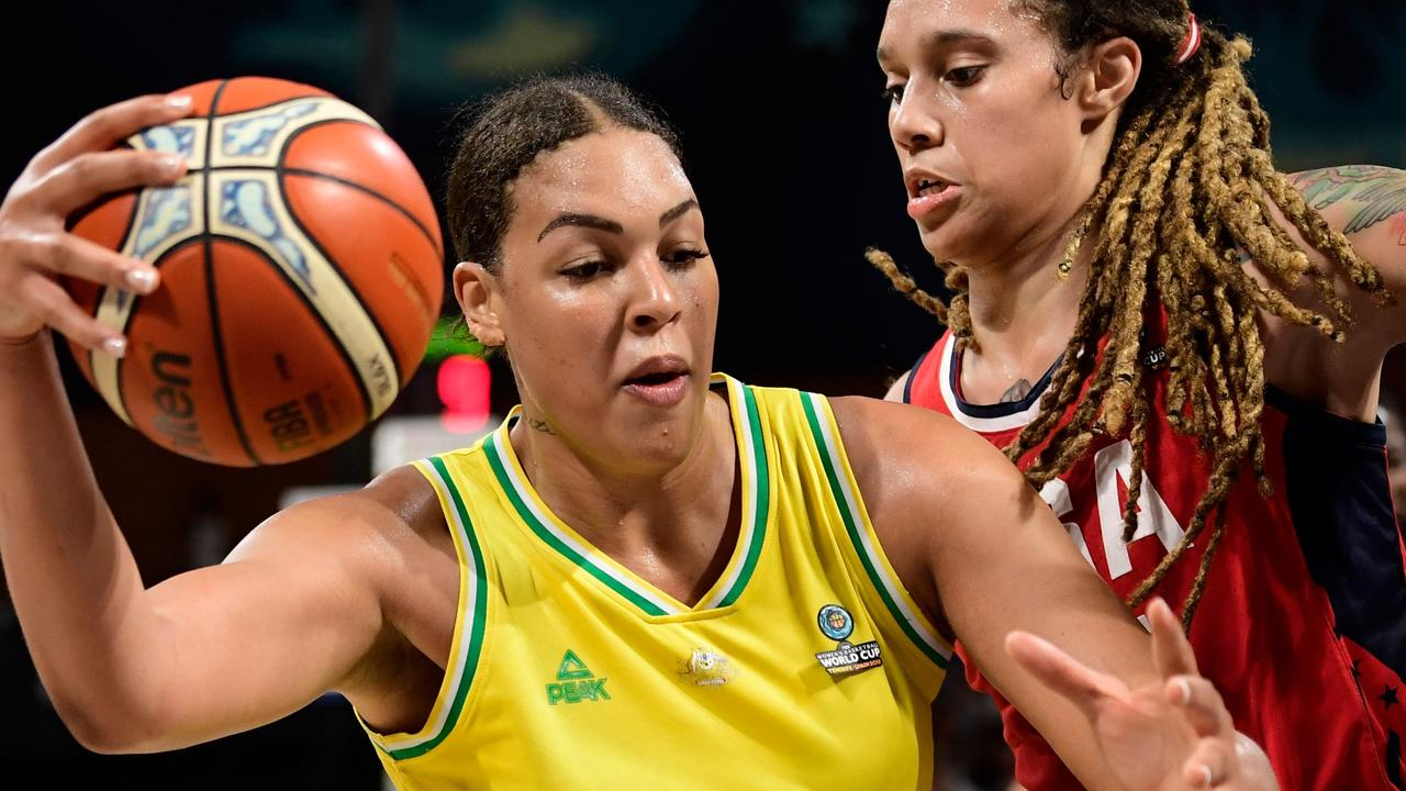 Australia's center Liz Cambage (L) vies with US' center Brittney Griner during the FIBA 2018 Women's Basketball World Cup final match between Australia and Unites States at the Santiago Martin arena in San Cristobal de la Laguna on the Canary island of Tenerife on September 30, 2018. (Photo by JAVIER SORIANO / AFP)