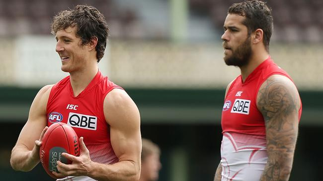 SYDNEY, AUSTRALIA - SEPTEMBER 04: Kurt Tippett smiles as he performs a handball drill alongside Lance Franklin and Sam Reid during a Sydney Swans AFL training session at Sydney Cricket Ground on September 4, 2014 in Sydney, Australia. (Photo by Mark Metcalfe/Getty Images)