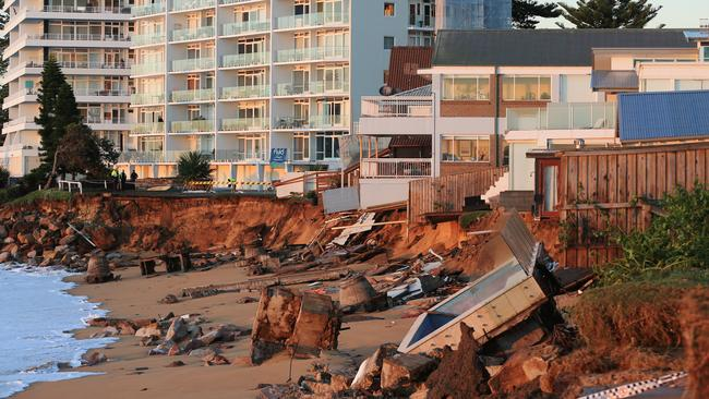 Collaroy homes along Pittwater Rd remain closed off to residents as assessment continues on the safety and structural stability of the buildings. Picture: Toby Zerna