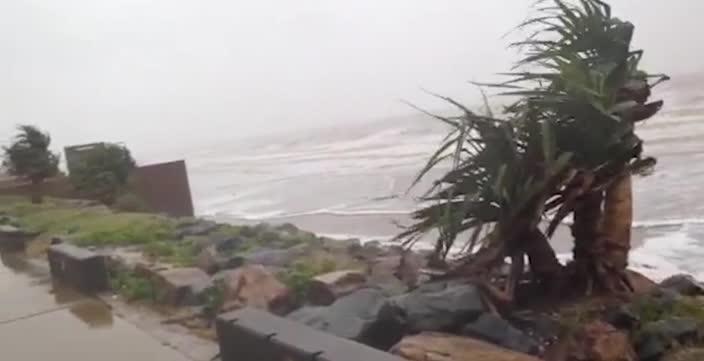 Yeppoon braces as cyclone Marcia reaches landfall
