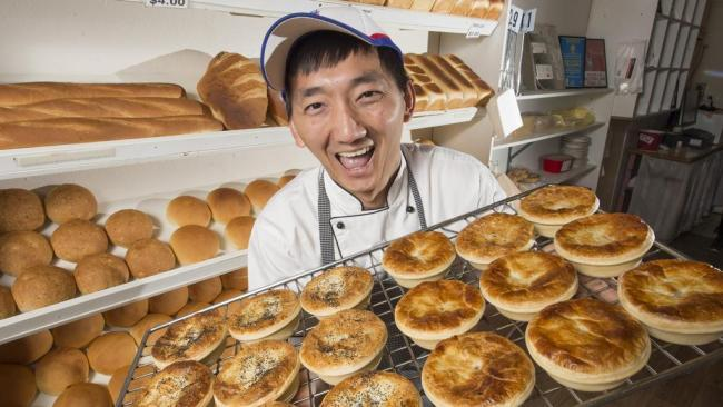 Australia's best pies It's official - the best pies in Australia come from Country Cob Bakery in Kyneton, Victoria. They have taken out the Baking Association of Australia's national pie prize every year since 2018.  And there are some interesting combos to choose from here: innovative pie flavours include Mushroom & Leek, Caramelised Fish & Mashed Potato, Tom Yum, Chilli Con Carne, and Cheese, Kransky & Mash pies.