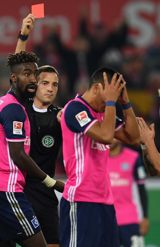 Referee Benjamin Brand shows the red card to Hamburg's US striker Bobby Wood.