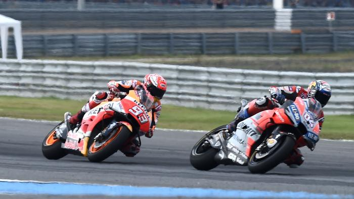 Movistar Yamaha MotoGP's Italian rider Valentino Rossi (L), Repsol Honda Team's Spanish rider Marc Marquez (C) and Ducati Team's Italian rider Andrea Dovizioso (R) competes during the MotoGP race of the inaugural Thailand Grand Prix at Buriram International Circuit on October 7, 2018. (Photo by LILLIAN SUWANRUMPHA / AFP) (Photo credit should read LILLIAN SUWANRUMPHA/AFP/Getty Images)