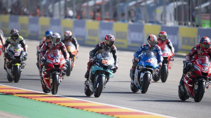 ALCANIZ, SPAIN - OCTOBER 18: The MotoGP riders start from grid during the MotoGP race during the MotoGP of Aragon at Motorland Aragon Circuit on October 18, 2020 in Alcaniz, Spain. (Photo by Mirco Lazzari gp/Getty Images)