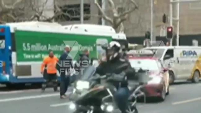 Tradie attacks taxi driver (7 News)