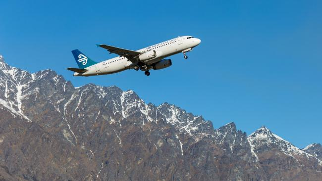 3/11What cities in New Zealand does Air New Zealand fly to? Air New Zealand flies to Auckland, Wellington, Christchurch and Queenstown multiple times a day.