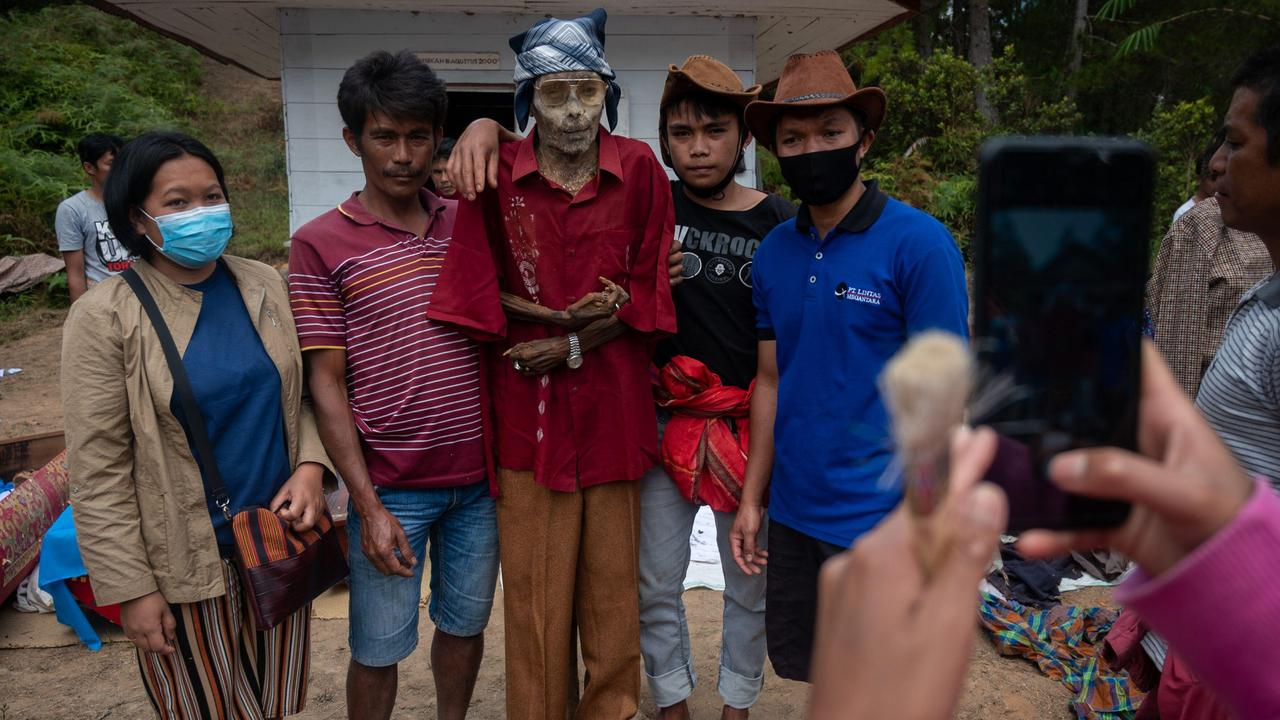 The ritual is held every three years when family members gather to clean the graves. Picture: Hariandi Hafid/ZUMA Wire/Alamy Live News
