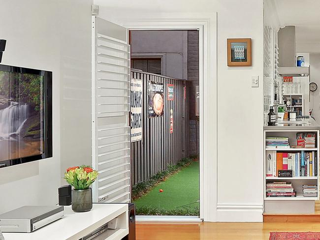 The Enmore terrace has a golf putting green down the side of the property.