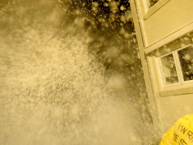 SES workers brave extremely dangerous conditions to sandbag an apartment block in Collaroy. Picture: Jeremy Piper
