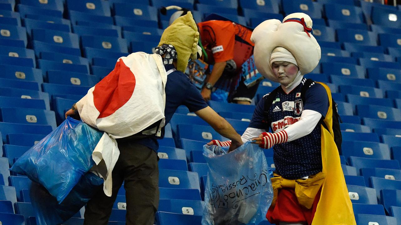 Japan supporters collect rubbish in Russia. / AFP PHOTO / JUAN BARRETO