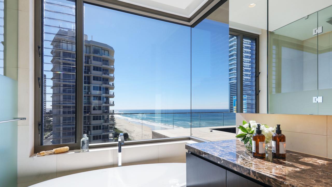 Even the bathtub has beach views.