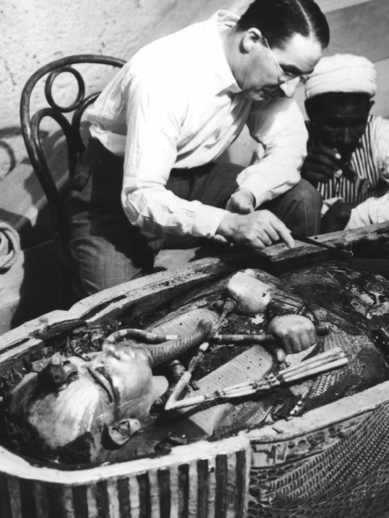 30/09/2002 PIRATE: Archaeologist Howard Carter examining Egyptian boy pharaoh King Tutankhamen's mummy, 1922.  archaeology 1920s egypt