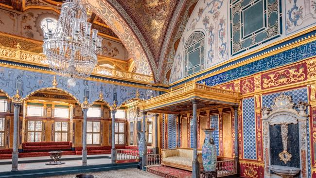 A residence for the sultans until the 18th century, Topkapı has a rich and storied history. Top sites include the palace's harem (home to the sultan's mother, his concubines, wives and children), the library of Ahmet III and the Queen Mother's apartments.