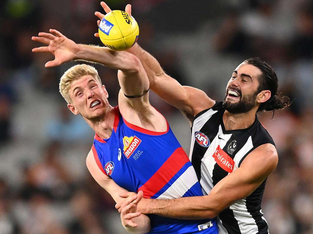 Tim English of the Bulldogs and Brodie Grundy of the Magpies.