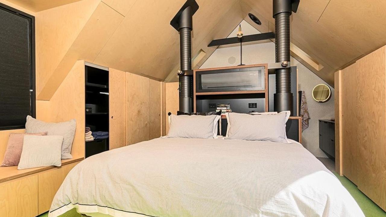 The kingsize main bedroom.