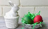 How to dye Easter eggs with crepe paper