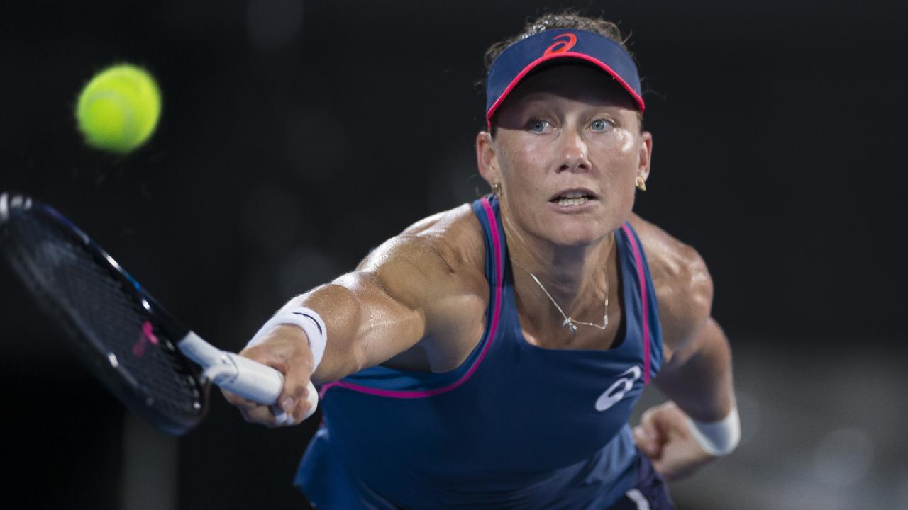 Sam Stosur  edged past Dominika Cibulkova in three sets.