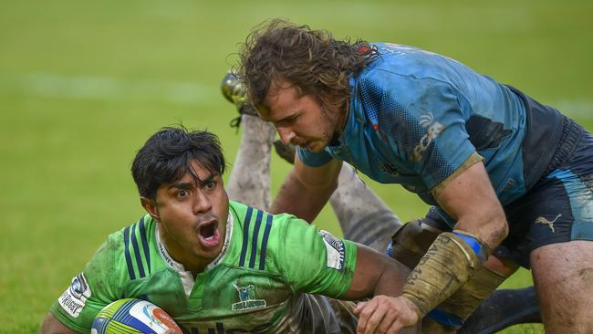 Malakai Fekitoa of the Highlanders scores a try with Burger Odendaal of the Bulls too late to stop him.
