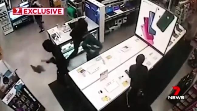 Gang of youths raid JB Hi-Fi (7 News)