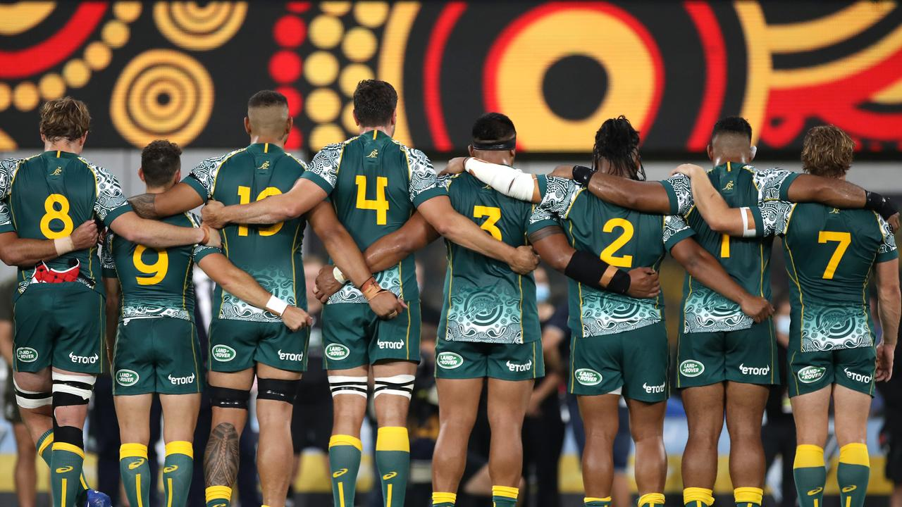The Wallabies during the Indigenous anthem. Picture: Mark Kolbe/Getty