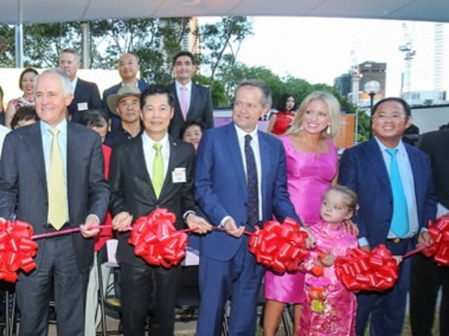 Huang Xiangmo (right) with Prime Minister Malcolm Turnbull and Opposition Leader Bill Shorten at a 2016 Chinese New Year Lantern Festival in Sydney. Source: ACPPRC