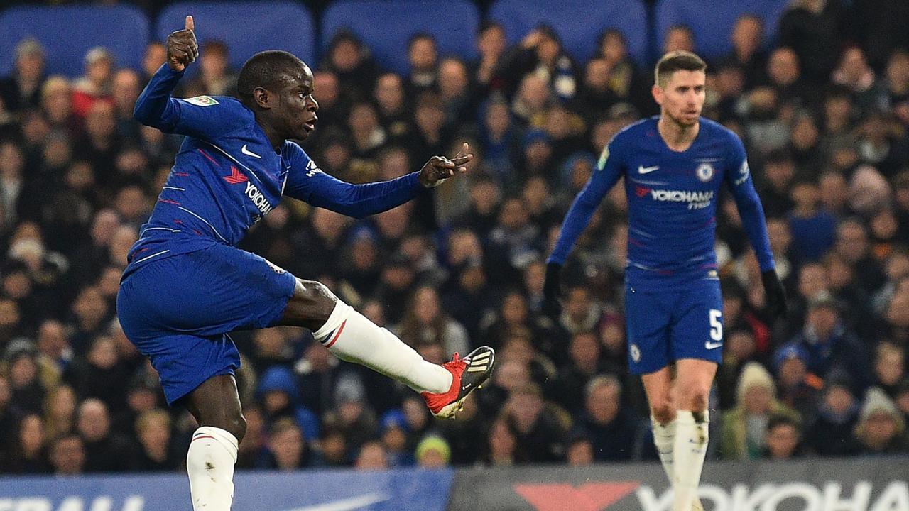 Chelsea's French midfielder N'Golo Kante (L) has