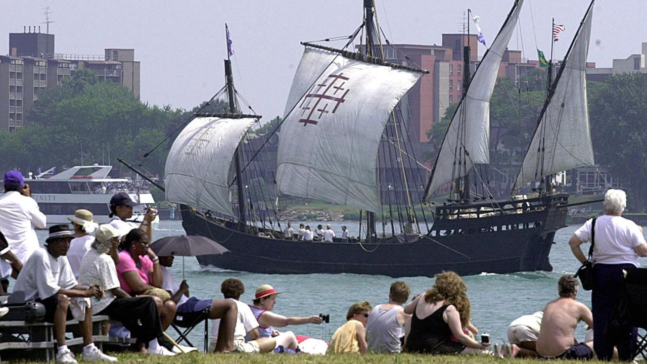 JULY 22, 2001 : Spectators on Belle Isle in Detroit watch replica of Christopher Columbus' Nina as it participates in 22/07/01 tall ships parade.  USA / Shipping Picture: Afp