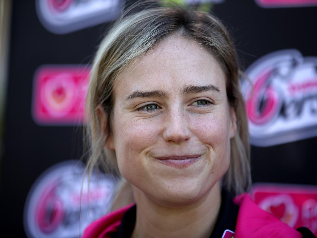 Ellyse Perry has signed on with the Sydney Sixers for two more years.