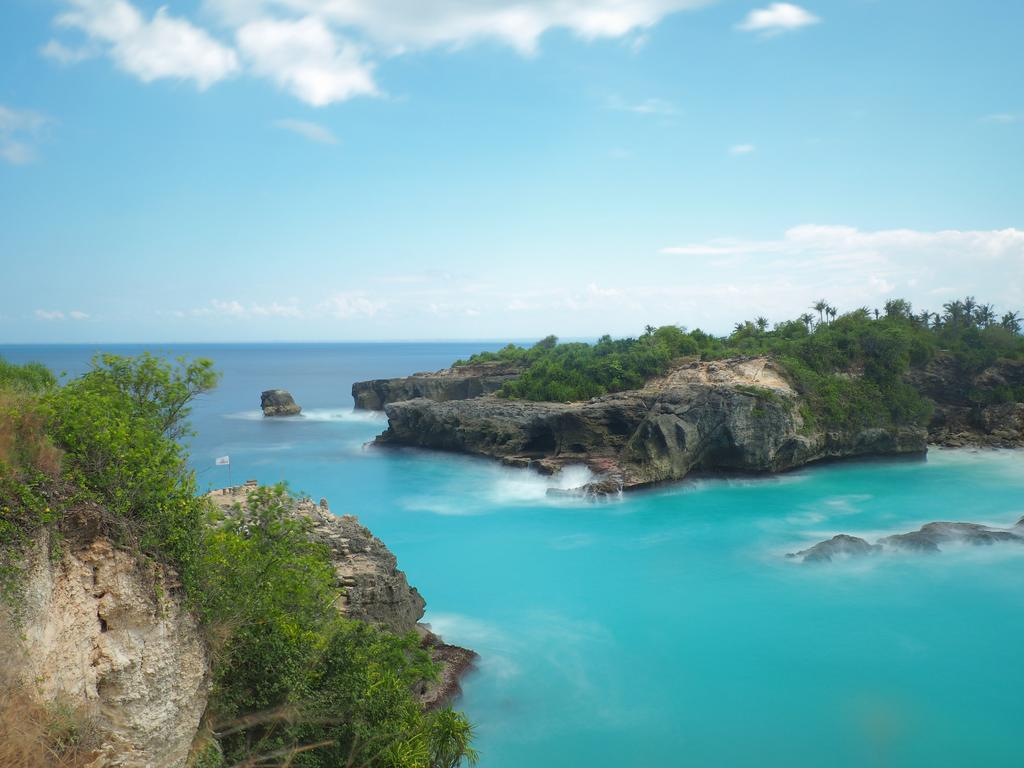 One of Nusa Ceningan's must-see sights is the bright blue water of Blue Lagoon.