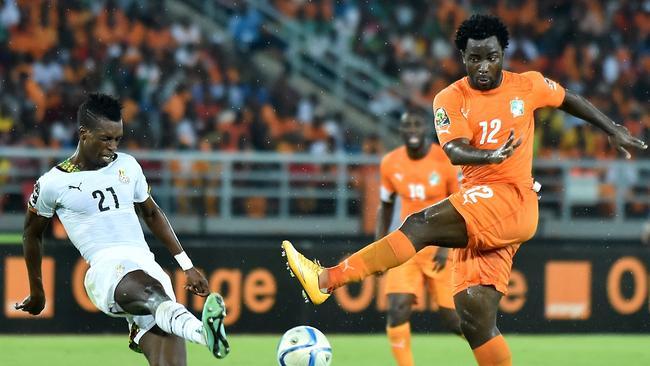 Ghana's defender John Boye (L) challenges Ivory Coast's forward Wilfried Bony.