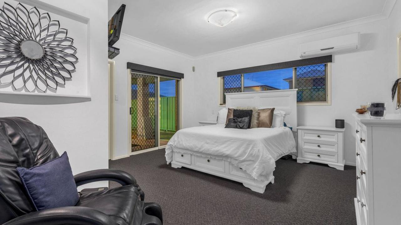 The bedroom is large and has airconditioning.