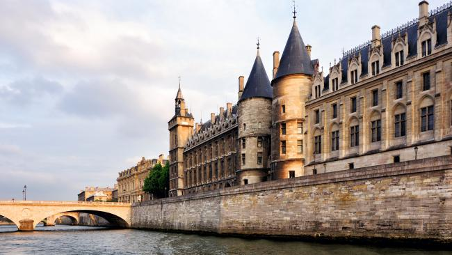 21/24La Conciergerie - Paris, France No day in Paris is complete without a bakery croissant, a stroll in the Jardins du Luxembourg ... and a visit to a notorious prison. Located onÎle de la Cité, this was once a royal palace, before becoming a prison. From its oubliettes 'forgotten places' to the more cushy cells, where you landed depended on your social status as a prisoner. Probably the most famous prisoners were Queen of France, Marie Antoinette and Napoleon III.
