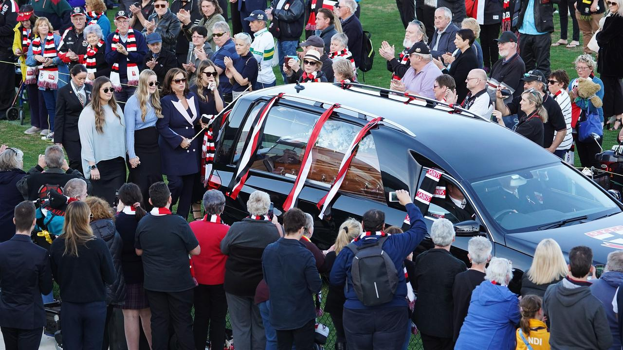 The emotional St Kilda lap of honour that was a fitting farewell for Danny Frawley