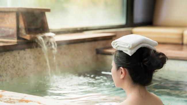 5/8Wear a towel on your head On the topic of towels, it's common to see bathers with wet towels on their heads. This is to prevent dizziness caused by hot blood rushing into one's head when bathing in the warm waters.