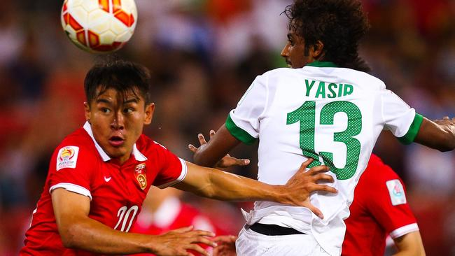 Yu Hanchao (L) of China fights for the ball with Yasir Alshahrani (R) of Saudi Arabia during the first round Asian Cup football match between China and Saudi Arabia at the Suncorp Stadium in Brisbane on January 10, 2015. AFP PHOTO / PATRICK HAMILTON ---IMAGE RESTRICTED TO EDITORIAL USE - STRICTLY NO COMMERCIAL USE---