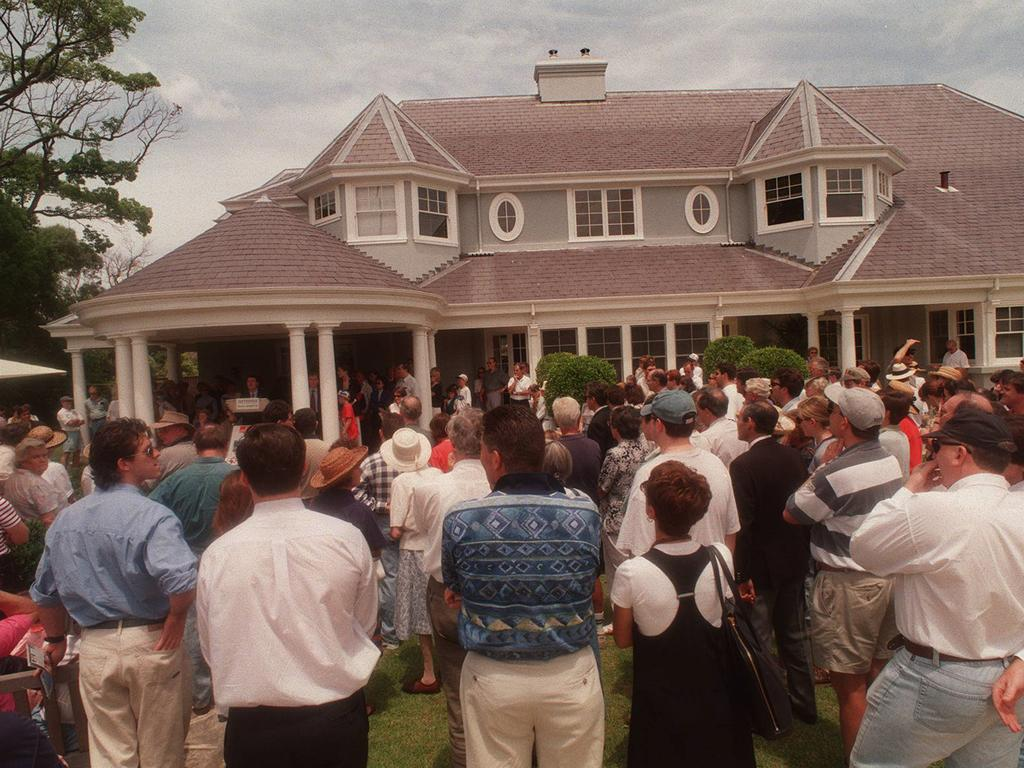 Crowds at the 1995 Longueville auction of Marshall Brentnall's former Hazelwood Estate that sold for $2.9 million.